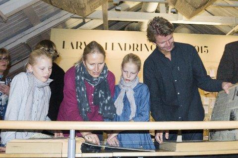 Bladde i gamle aviser: Tina Withbro Villum og Anders Villum hadde med seg barna Selma og Hedvig (begge 11).