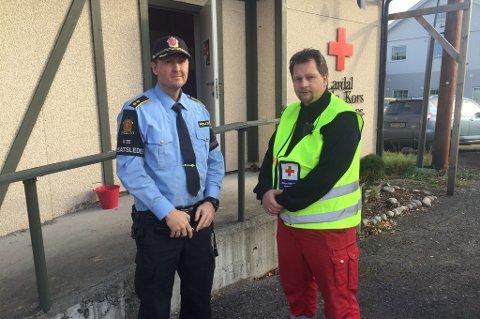 LETER: Innsatsleder Dag Asle Gjølstad og leder for Røde Kors på stedet, Tom Pedersen, forteller at det er mange personer som nå er ute og leter etter den savnede mannen.