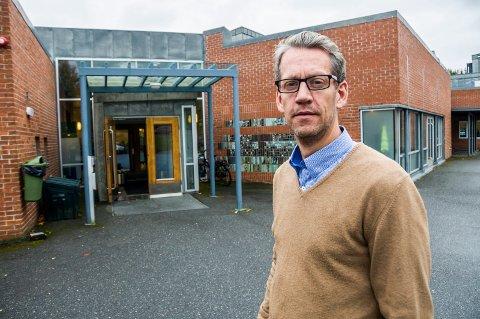- LARVIKSKOLEN BLØR: Leder av Skolelederforbundet og rektor ved Ra ungdomsskole Simen Aas Løwer roper varsko om konsekvensen av at kommunen har kuttet i skolesekretærstillinger og omorganisert.