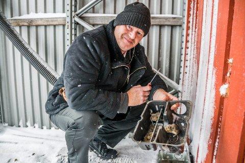 – Ekstremt: Det sier skadedyrbekjemper Knut Vidar Christiansen om muse- og rottebestanden i Larvik for tiden. Her viser han fram tre eksemplarer som har gått i fella hans hos en bedrift i distriktet.