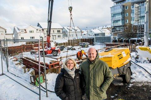 GODT SALG: Meglerne Lars Erik Nordrum og Heidi Skalleberg har kun fire leiligheter igjen å selge i Fiskergården på Torstrand.