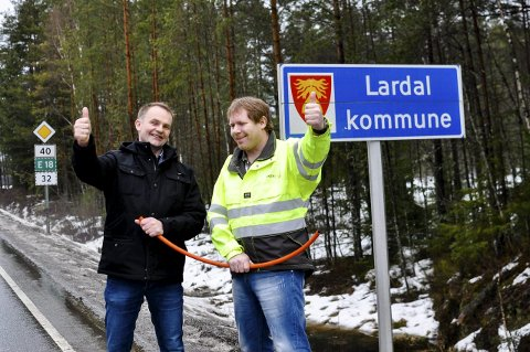 Framskritt: André Lunde fra Viken fiber (t.h.) og ordfører i Lardal, Knut Olav Omholt (Sp), satser på videre utbygging av fiberkabel i Lågendalen.– Dette er et bevis på at det som må til for å lykkes er at noen vil noe lokalt, sier Omholt. Foto: Bendik Løve