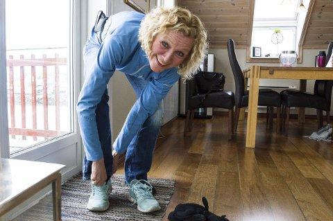 1 Bente Riskild Borgersen knytter på seg joggeskoa for å gå turer i frisk luft for å holde seg frisk for å leve så lenge hun kan. 2 Nå holder hun foredrag for bedrifter og foreninger om hvor viktig det er å fokusere på å leve og være medmenneske, uansett om du er frisk eller syk. Foto: Kjersti Bache