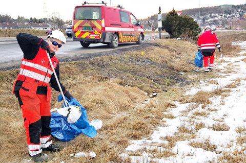 Haakon Wiegaard og Joachim Ringsby plukker søppel i sørfylket.