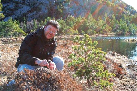 Frode Ødegaard er ekspert på maur. På dette bildet sitter han ved Norges eneste kjente tuen av den sjeldne taigaheimauren.