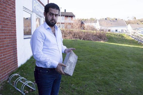 Slått og truet: Her utenfor moskeen i Larvik, skal Mohammad Al Ahmad (35) ha blitt angrepet med et metallrør. Denne steinen skal også en av angriperne ha løftet over hodet, som for å kaste på han. Angriperen og hans medhjelper skal ha gitt uttrykk for at de ikke støttet nyheter han hadde delt på Facebook. Foto: Elisabeth Løsnæs