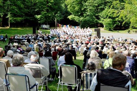 Venter mange: Rundt 500 mennesker ventes til felleskirkelig gudstjeneste i Bøkeskogen mandag. Koret Kick fra Nanset kirke synger under gudstjenesten. Her fra en tidligere gudstjeneste i Bøkeskogen. Arkivfoto