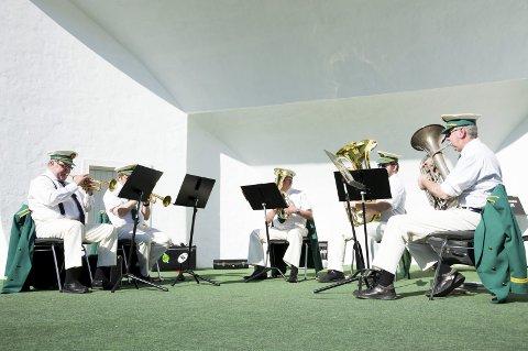 Sommerlig tradisjon: Koralmusikken åpnet årets sesong på scenen i Bøkeskogen.Foto: Elisabeth Løsnæs