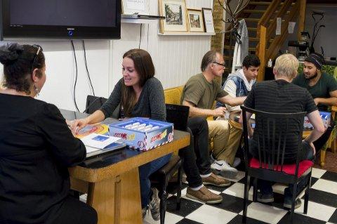 Trakk interesserte: Det tok ikke lang tid før gjestene på Frivilligsentralen var i gang med språkspillet fredag.