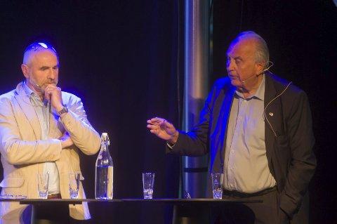 Diskuterte framtiden: Dag Terje Andersen, Arbeiderpartiet, og Svein Flåtten, Høyre, begge på Vestfold-benken på Stortinget, diskuterte på scenen i Bølgen mandag kveld.
