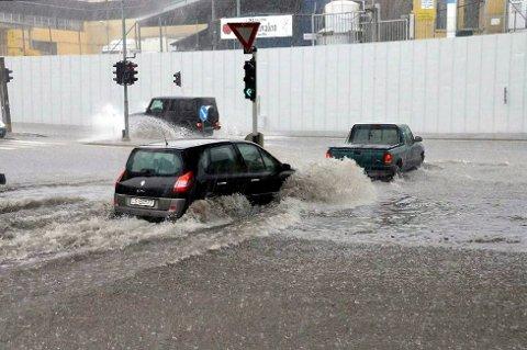 Vann i bøtter og spann: NGI foreslår å få på plass et pumpesystem ved undergangen mot Stavernsveien. Arkivfoto