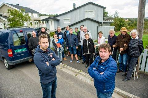 Mesterfjellveien 5 skal rives og erstattes med en 6-mannsbolig. Det har avstedkommet massive protester fra naboer, gjenboere og andre i området. Foran de to nærmeste naboene, Mattias Holmbäck (t.v.) og Svein Sørum.