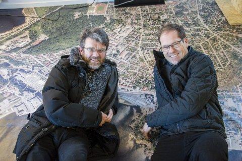 1 Gunnar Ridderström og Tor Atle Odberg jobber med byutvikling og transportplanlegging. Begge er opptatt av utviklingen av Larvik, som de ligger midt i på bildet fra Bylab, og har startet en egen ungdomsgruppe som skal lære byutvikling.   2 Ungdomsgruppa på tur til Oslo, på operataket med Barcode i bakgrunnen. 3 «Vil du være med å endre byen din?», spurte Tor Atle og Gunnar, og disse ungdommene er i full gang med å lære for å kunne komme med gode ideer. Foto: Kjersti Bache