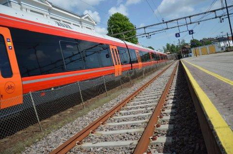 STÅR: Togene står på Vestfoldbanen helgen 22.-23. april. Da skal Bane Nor oppgradere flere strekninger i fylket.