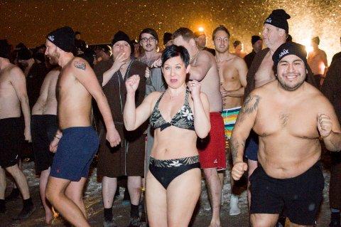 Kald fornøyelse: 300 deltakere på Abax' kick-off isbadet på Batteristranda i fjor. I år blir de enda flere.