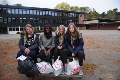 Skaper samhold: Anna Hagen, Asma Nur, Marte hagen og Caroline Mortensen mener at klesinnsamlingsaksjonen samler skolen om et prosjekt som både setter fokus på miljø og solidaritet.