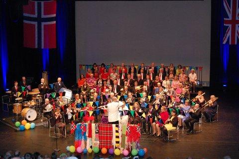 Last Night At The Proms: Larvik Ungdoms Musikkorps og Sandefjords Blandede Kor fremførte musikkstykkene som er med i den opprinnelige feiringen av den siste kvelden av promenaden.