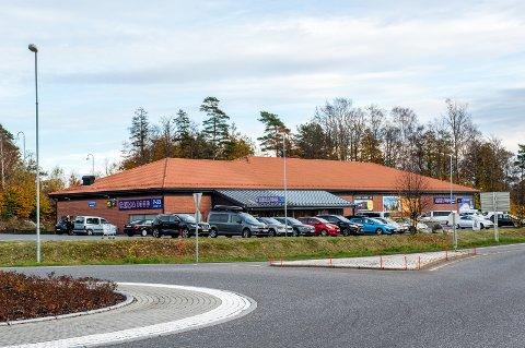 FÅR LADESTASJON: Snart blir det tre nye ladepunkter ved Rema 1000 på Holmejordet.