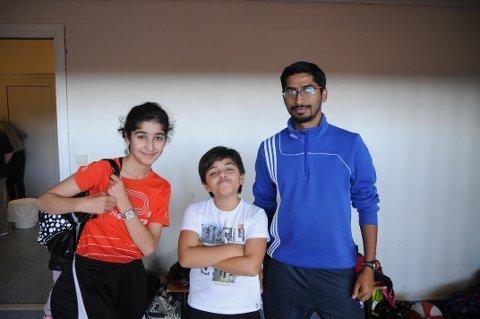 Koser seg: Sarah Ibrahim Hussein, Bilal Taqlai Hussein og aktivitetsleder i bordtennis Raguel.