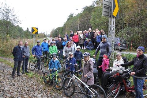 Engasjement: Et 50-talls mennesker møtte i oktober opp for å vise sitt engasjement for gang- og sykkelveien som mangler på 2,3 kilometer av Fv 303 mellom Larvik og Sandefjord. Nå er det lov å håpe på at noe endelig skjer.