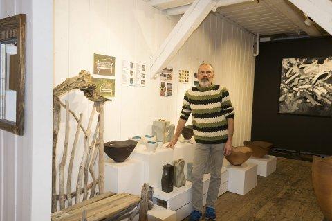 På plass: Ole Krongaard er på plass med sin keramikk og sin drivvedkunst i Steinbrakka på Fredriksvern verft.Foto: per Albrigtsen