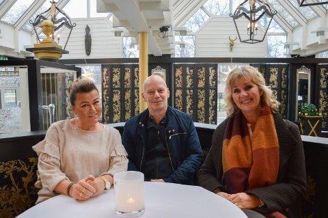 De inviterer til mannekengoppvisning på Wassilioff, Trinelise Gran og Kristin Sundling i Stavern Sanitetsforening og driver av Sport1, Ole Petter Borvik.