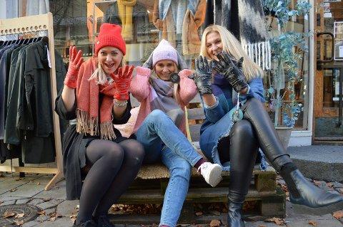Siri Urdal Bakke, Kathrine Bøen og Line Bakke med luer, skjerf og handsker som har refleks foran Dryss.