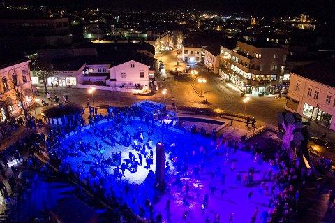 Populær: Svært mange mennesker på skøytebanen på Torget i fjor vinter.