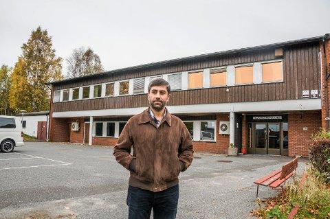 MÅ BETALE: Bassem Oudeh, leder av Islamsk kulturforening, avbildet foran den tidligere handelsskolen, som Larviks muslimer har brukt som moské siden sommeren 2014.