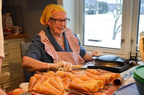 Margrethe Næss kan kunsten å lage krumkaker.