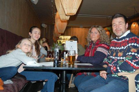 Familie på fire: Familien fra Stavern håper å få være med som statister som en familie som går forbi på gata eller sitter på cafè. F.v.: Hedvig Carlsten Hill-Jensen, Matilde Carlsten, Cathrine Hill-Jensen og Trond Carlsten.