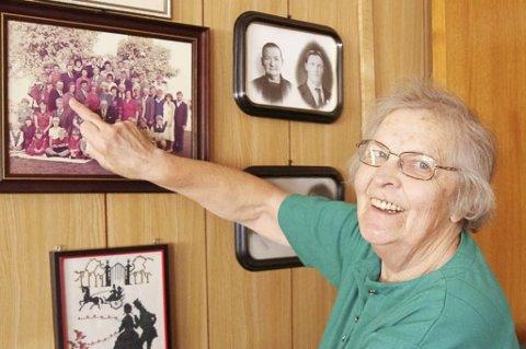 STORE SLEKTSTREFF: Med tolv søsken blir det mange på slektstreff. Ella Rymoen viser fram familiebildet fra treffet i 1982.
