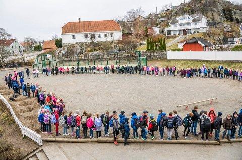 ROSA-ring: Hele skolen samles ved jevne mellomrom i skolegården for å danne en ring for respekt, omsorg, samarbeid og ansvar.