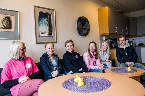 Står sammen mot mobbing: Rektor Eva Guii-Larsen (t.v.), Anna Haugene, Theo Engmark Amundsen, Inger Aurora S. Johansen, Cornelia Thoresen og Håkon Rørvik.