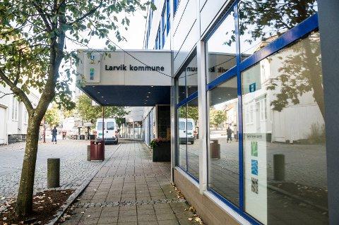 TID: ØP stilte Larvik kommune noen spørsmål da tiltaksnivå 5b ble innført igjen 22. mai. Spørsmålene var blant annet basert på reaksjoner som kom i kommentarfelt. Det skulle gå nesten en måned før samtlige spørsmål ble besvart.