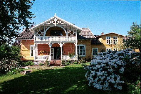 Kirkestredet 11, Colin Archers hjem som voksen, (bildet) og Rosendal på Langestrand (under), to eksempler på den mer ekstravagante sveitserstil. Begge skriver seg fra 1870-tallet.