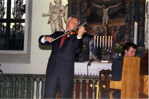 Populær: Arve Tellefsen under en av konsertene i Stavern Kirke i en tidligere festival. *** Local Caption *** Nok en sommer: Det blir ny Stavern-sommer for Arve Tellefsen, også i år med konsert i Fredriksvern kirke.