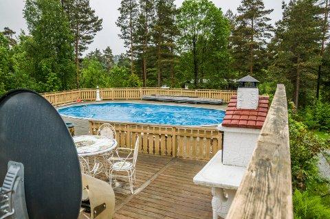 Ulovlig basseng: Verken bassenget eller den store terrassen er blitt søkt om til kommunen.