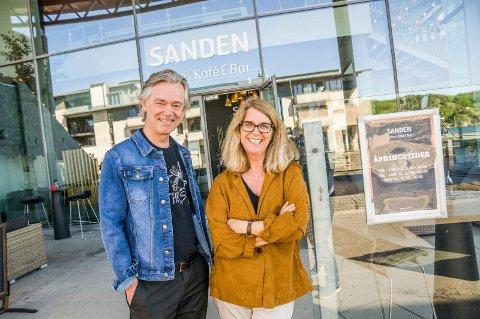 Klare for samtale: Bjørn Z. Ekelund og Kjersti Bache foran Sanden Kafé & Bar, hvor neste møte i #andrestemmer går av stabelen tirsdag.
