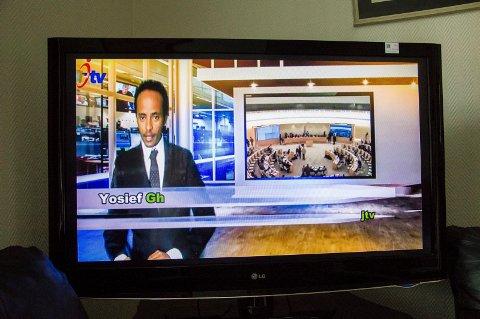 Yosief Ghebrehiwet har laget TV-sendinger via Facebook fra stua der han bodde i Stavern. Nå bruker han mobiltelefonen.