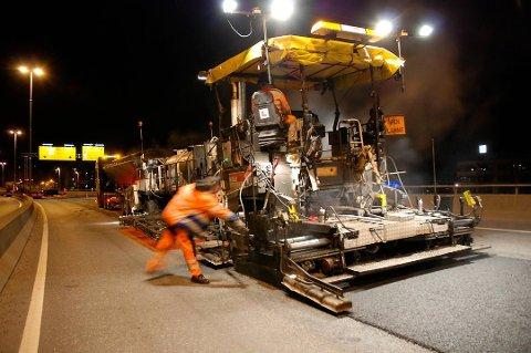 VEIARBEID: På flere veistrekninger i Larvik er det nå vedlikehold og asfaltarbeid.