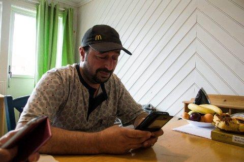 Zuher Alaeed Alwaked holder kontakten med den skadde familien sin via mobiltelefonen. Der fikk han også bildene dere kan se i artikkelen.