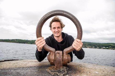 Øver hjemme: Sondre Hinze fra Scenegal spiller barbermester Sørensen i Kristiansand Dyrepark på dagtid, men øver med Scenegal i Larvik så ofte han kan.