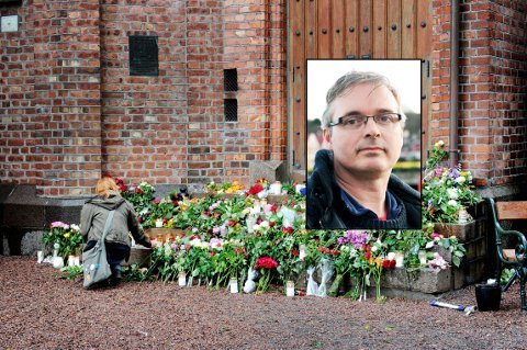 SAMLET I SORG: Tusenvis av mennesker gikk etter terroren 22.juli 2011 med fakler og blomster i mange norske byer. Innfelt er Tom Strømstad Olsen som er leder av Støttegruppen etter 22. juli avd. Vestfold.