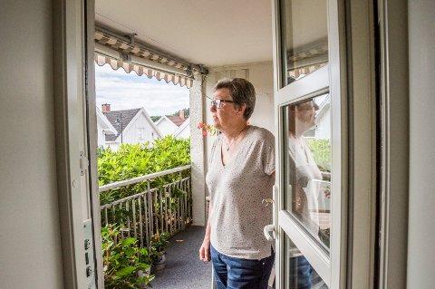 MÅ LUKKE DØRA: – Støyen går utover livskvaliteten vår, sier Grethe Bjerck, som må lukke døra om hun skal ha sjanse til å høre lyden fra TV-en i stua.