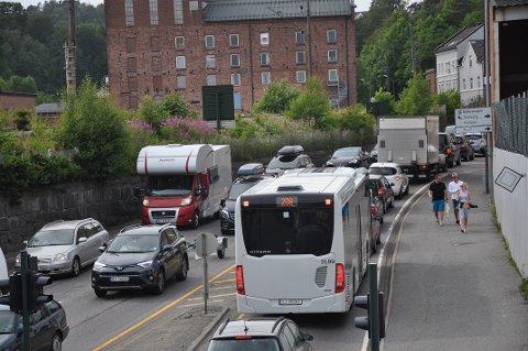 TRAFIKK: Det er festivaltid og mange kommer til byen. Det blir fort kø i trafikken, og håpet til festivalledelsen er at folk vil gå eller ta bussen fra Larvik til festivalområdet.