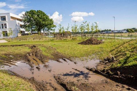 GJØRMEBAD: Vannet flyter på deler av utearealet ved Fagerli skole.