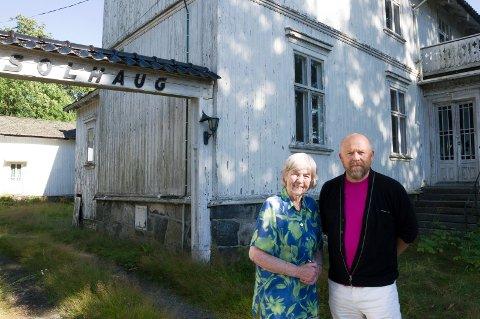 Helene Braathen er vokst opp på Villa Solhaug og har vært alvorlig bekymret for  vedlikeholdet, noe også og Bjarte Gjone har skrevet leserinnlegg om. Nå er de lettet over at bygget blir reddet.