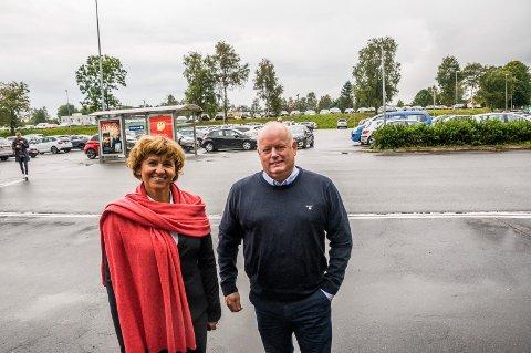 TENKER STORT: Ellen Solberg i KLP Eiendom og Nordbyen-sjef Stig Eriksen er i startfasen av et prosjekt som kan ende opp med en kjempeutbygging på Hovlandbanen. – Jeg er optimist, sier Solberg.