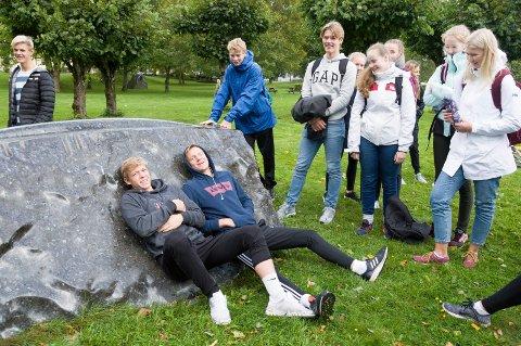 Martin Andersen og Martin Amundrød tar siesta på den polerte larvikittskulpturen.